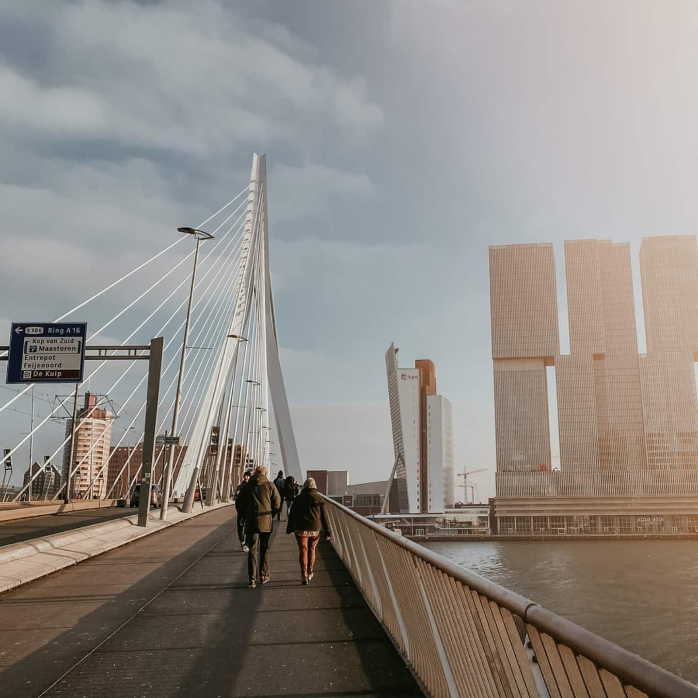 Voetgangers op Erasmusbrug in Rotterdam